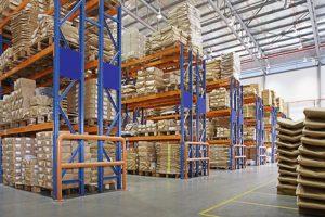 mitmekihiliste riiulitega ladu tehases